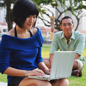 happy-couple 8 out of 10 students want to start a Singapore company: NUS